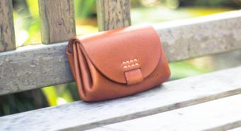 丸みのある形とステッチがあたたかな印象。「Duram Factory」のコンパクトな革財布