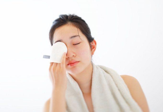 冬の乾燥肌にもおすすめ、洗顔用シルクミトン「iimin」を使用する女性2