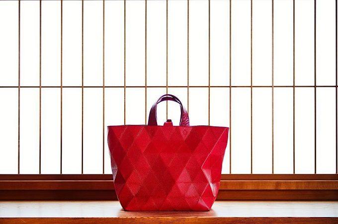 「革切子」の赤い本革バッグ