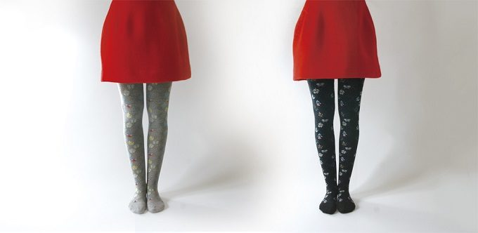 大人可愛い「KURI BOTELLA (クリ・ボテラ)」の花柄タイツと赤いスカート