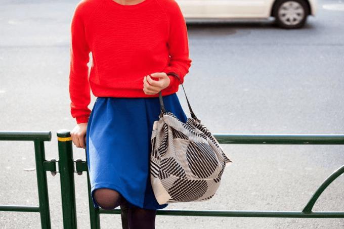 風呂敷をバッグに出来る「Link」のレザーストラップ&風呂敷セットを持つ女性