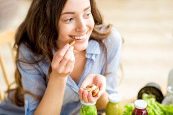 ちょっとした心がけでOK。お菓子の食べすぎを防ぐ4つの簡単な方法