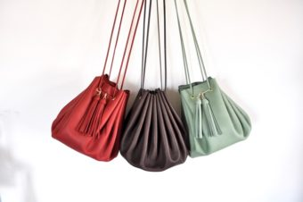 大人の女性に似合うしなやかさ。革本来の柔らかな風合いを活かした「mercredin.」のバッグ
