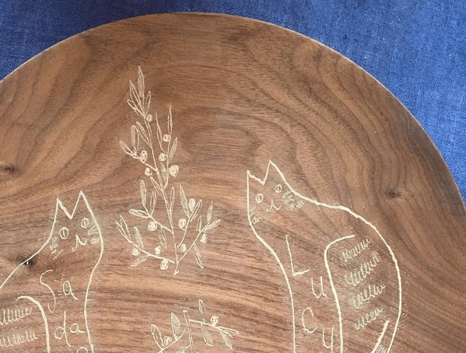 宮内知子さんの猫のイラストの入った木皿