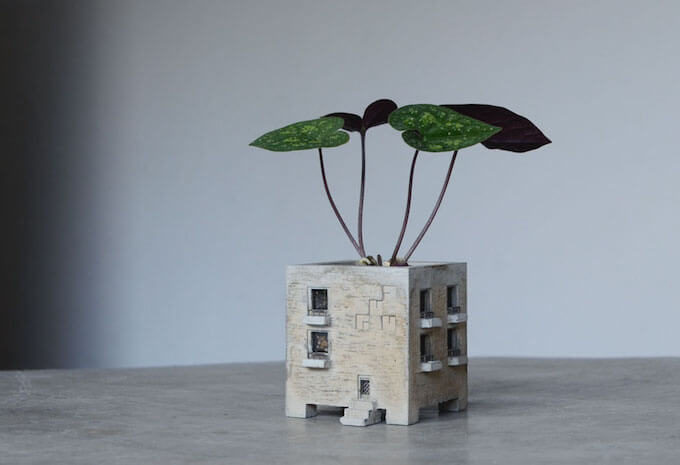 モルタルでできた「Motif」の建物型プランター「MANSION PLANTER」