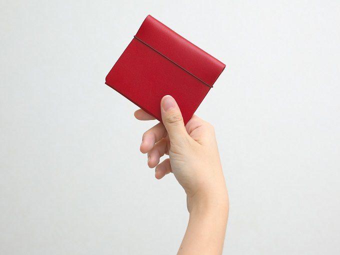 片手で開けられる使い勝手の良い「MYNUS FLIP UP WALLET」の革のミニ財布2