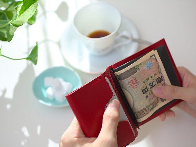 片手で開けられる使い勝手の良い「MYNUS FLIP UP WALLET」の革のミニ財布1