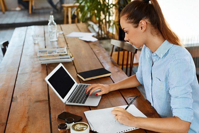 カフェで勉強をする女性2