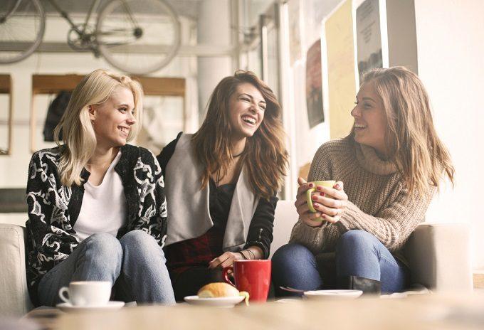 友達と楽しそうに話している女性たち