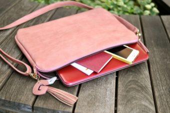 スマホやお財布も収納可能。かわいらしいデザインも魅力の「パソコンクラッチ」