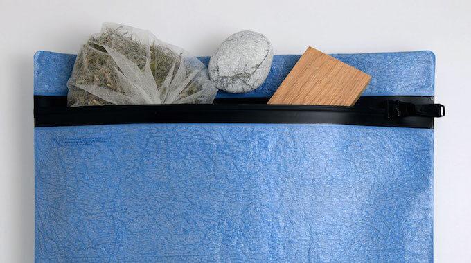 「PE」のポリエチレン素材の青色ポーチ