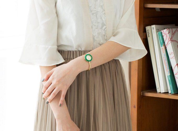 グリーンのベゼルリングを付けた「SPICA」の腕時計