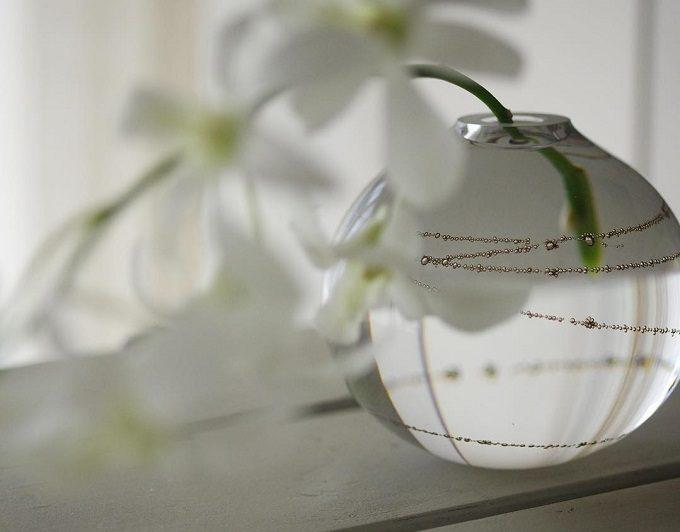 大人におすすめ、真鍮の模様が美しい「sun'oco glass (すのこグラス)」のガラスの花びん