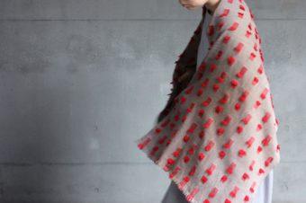 立体感のある凹凸が装いのポイントに。高見由香さんが手織りする美しいカシミヤストール