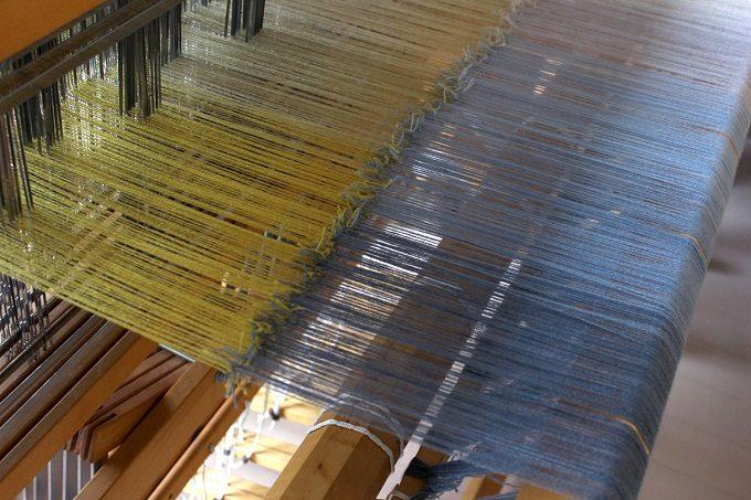 染織作家の高見 由香さんの布を機で織る工程
