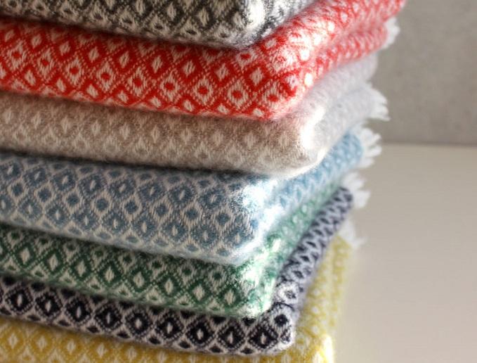 染織作家の高見 由香さんが作る手織りのカシミヤストールが重ねられている様子