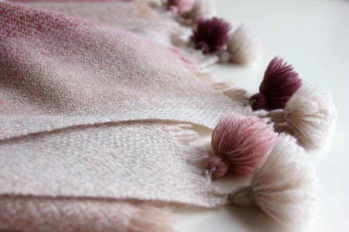 染織作家の高見 由香さんが作る手織りのカシミヤストールのフリンジ部分