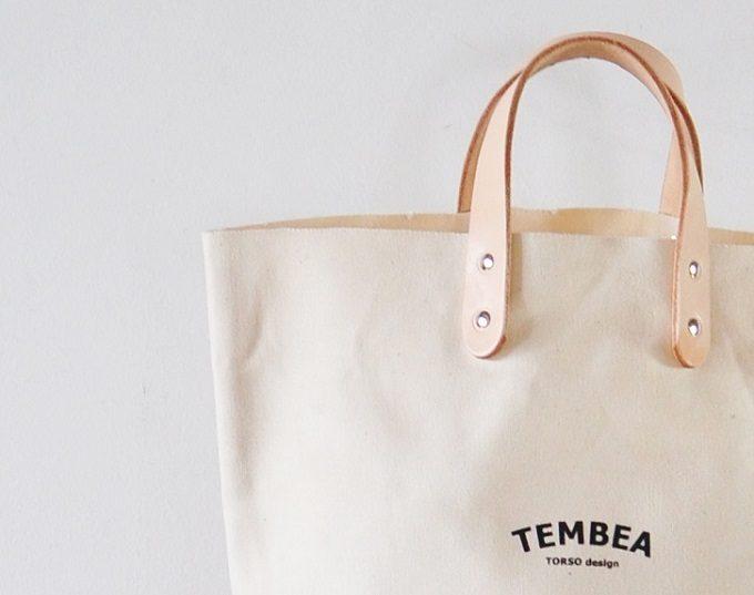 大人女子におすすめの「TEMBEA」のロゴ入りトートバッグ