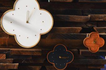無垢の木が暮らしに寄り添う。木の表情を大切にした「YARN」の壁掛時計