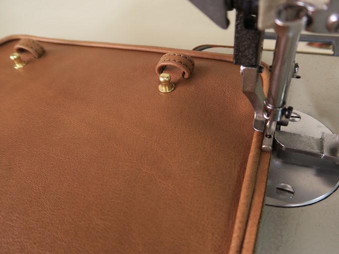 革をミシンで縫っているところ