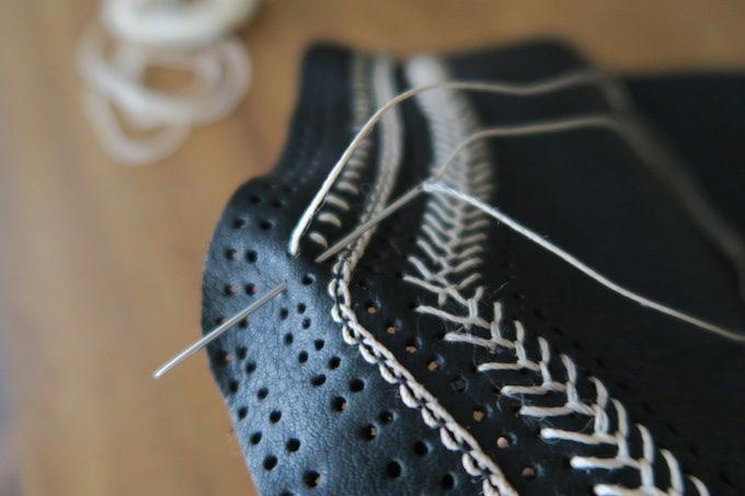 革を手縫いしているところ