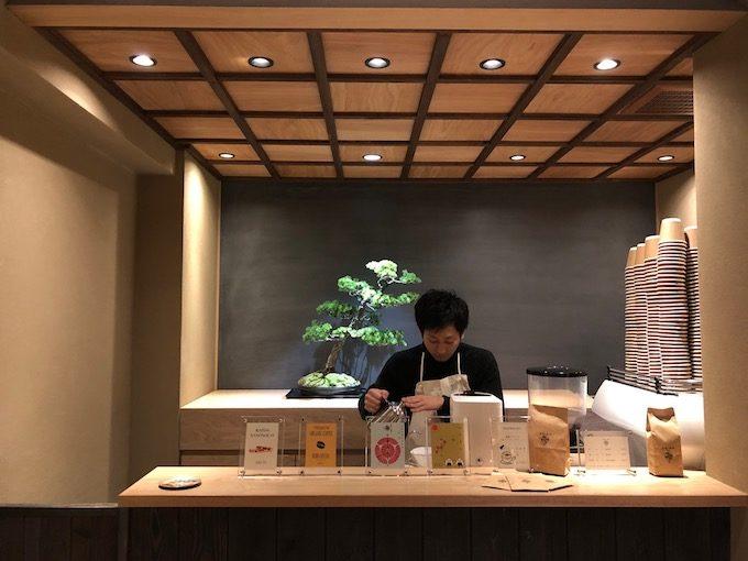 盆栽とコーヒーを組み合わせた、純和風のコーヒースタンド「BONGEN COFFEE」の店内カウンター写真