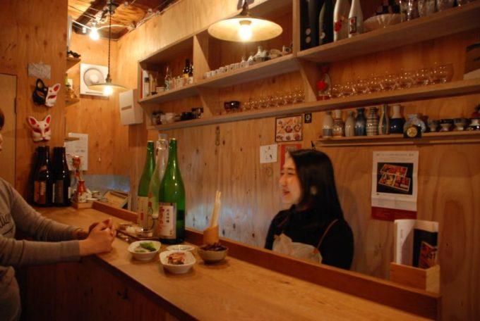 人形町の立ち飲み日本酒バー「3bis(トワビス)」の店内写真1