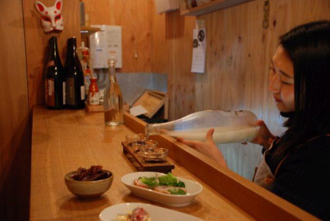 人形町の立ち飲み日本酒バー「3bis(トワビス)」の店内写真2