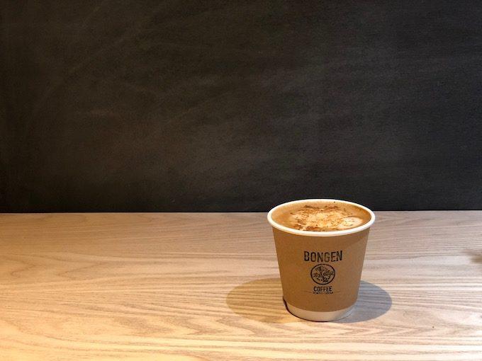 盆栽とコーヒーを組み合わせた、純和風のコーヒースタンド「BONGEN COFFEE」の蜂蜜きなこラテ