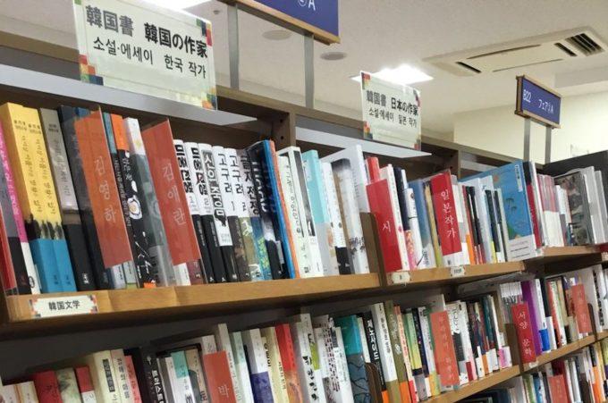 書店に並ぶ本