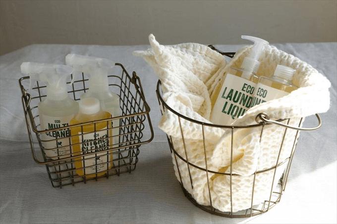 大掃除におすすめ、環境にも身体にもやさしい「GREEN MOTION」の洗剤がカゴに入っている様子