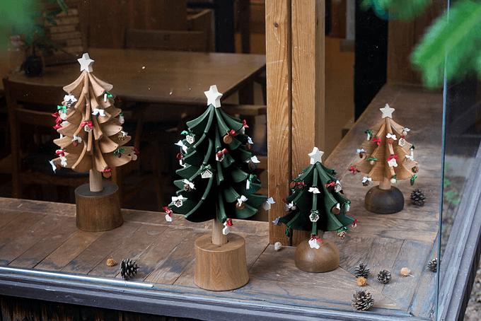 プレゼントにもおすすめ「Oak Village」のオルゴールツリーのディスプレイ例