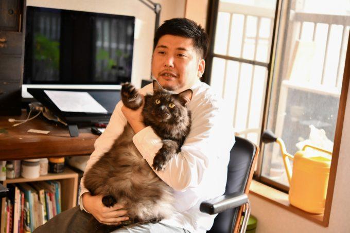 イラストレーター山中正大さんと飼い猫