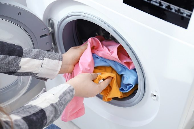 洗濯機に衣類を入れているところ