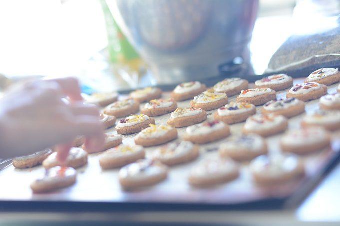 年末年始の手土産におすすめ「お花のクッキー」が天板に並んだ様子