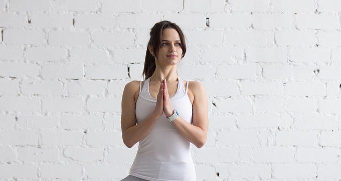 大胸筋を鍛えるトレーニングをする女性