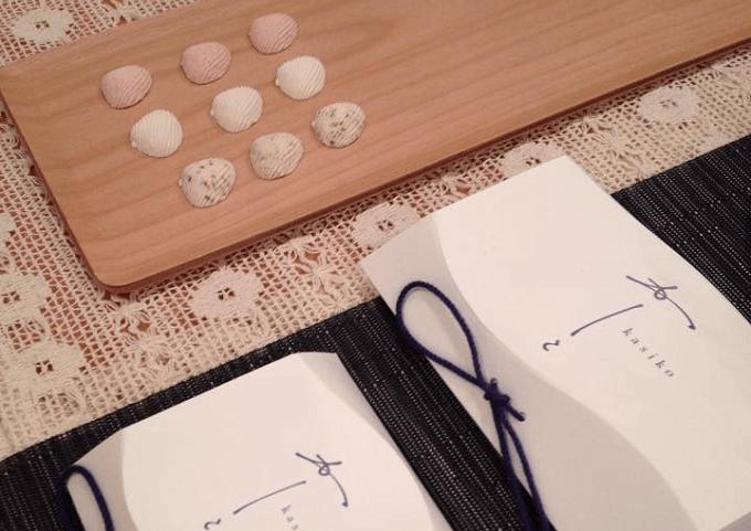 年末年始のお土産におすすめの「かしこ」の貝の形の干菓子とパッケージ