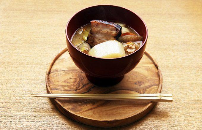 豚の角煮と野菜の旨味がとけこむ特別なお味噌汁