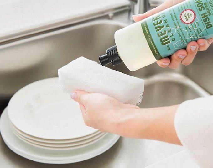 大掃除におすすめ「ミセスマイヤーズ クリーンデイ」の洗剤を使用しているところ