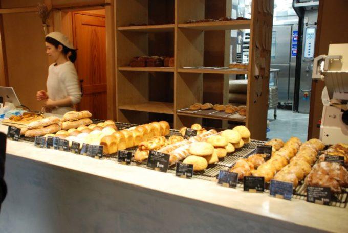 「根津のパン」店内のカウンターに並ぶパン