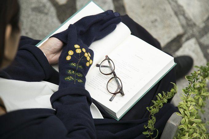 繊細な刺繍が魅力の「STYLE STORE×安原ちひろさん」の大人可愛い手袋、小菊柄