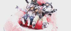 スキー場でアクティビティを楽しむ人達