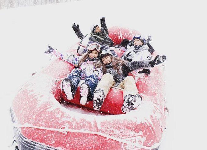 マウントジーンズ那須のスキー場でアクティビティを楽しむ人達