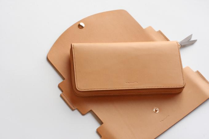 簡単にカバーを付け替えられる「uとto」のベージュの革財布