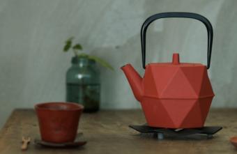 お茶の時間を趣深いものに。南部鉄器とモダンなデザインが融合した「IWACHU」の急須