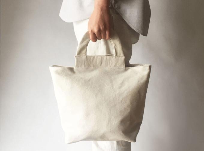 ブランド「MIN BAGGAGE(ミンバゲッジ)」の白トートバッグ「arch tote」