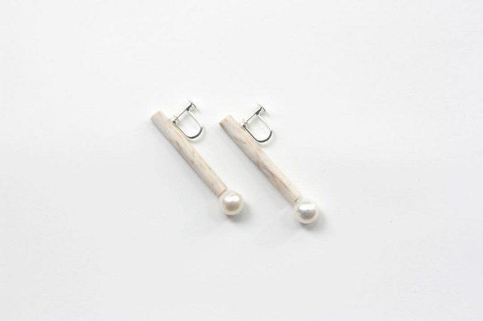 「akari」のパールと白磁に組み合わせのイヤリング