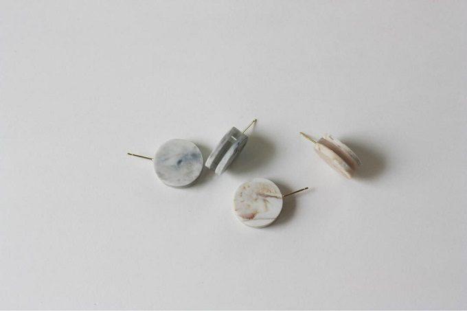 「akari」の、耳たぶの前に円が縦につく小さなピアス