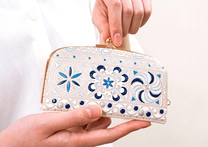 春におすすめ、「文庫屋大関」の華やかな柄の革財布、がま口タイプ