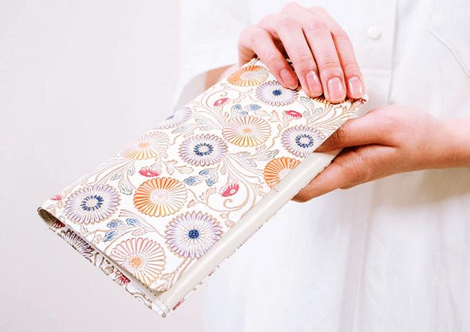 春におすすめ、「文庫屋大関」の華やかな柄の革財布、束入れ